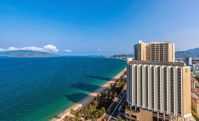 Tọa lạc trên đường biển dài trải dọc trên trục đường Trần Phú